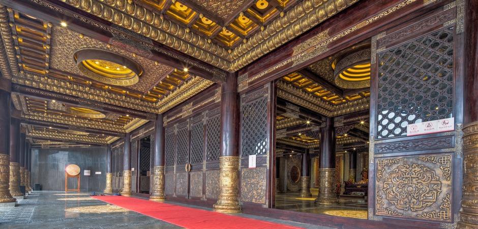 炎帝圣像两边是两块大型花梨木木雕,记载着炎帝的八大功绩.